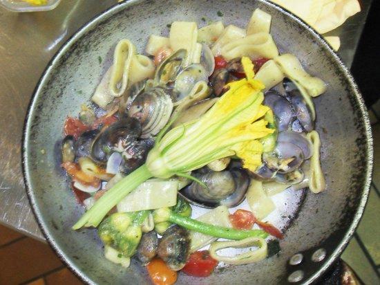 Fra Pappina: anelli con vongole veraci e fiori di zucchina