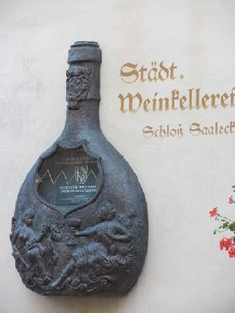 Kellereischloss (Rotes Schloß): stone bottle at the façade