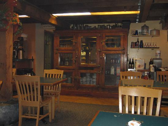 Munchies Restaurant & Bakery: Inside