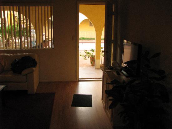 Hidden Palms Resort & Condominiums: Comfy furniture, nice courtyard with pool and several BBQ grills.