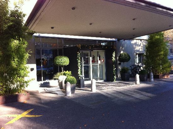 Park Hotel Winterthur: Hotelvorfahrt