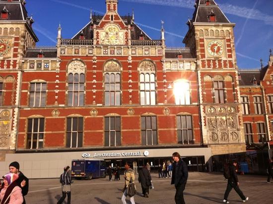 Amsterdam central train station picture of radisson blu for Train hotel amsterdam