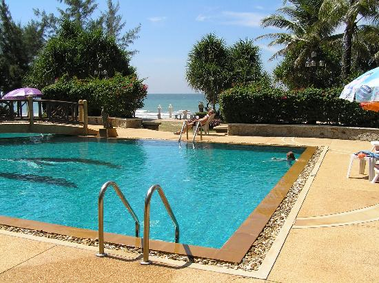 Lanta Villa Resort: Pool on the beach