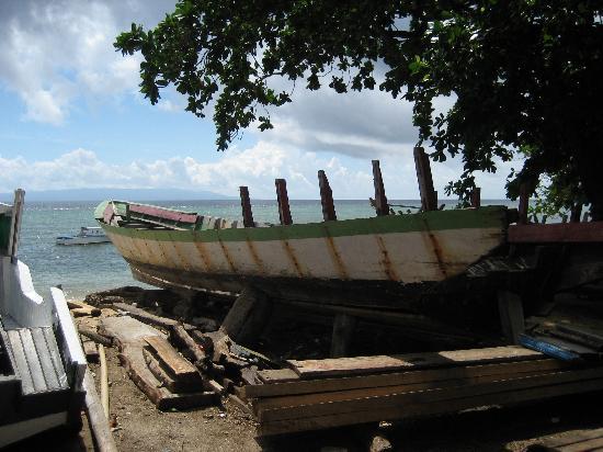 Mamaling Resort Bunaken: Boat at Bunaken Beach
