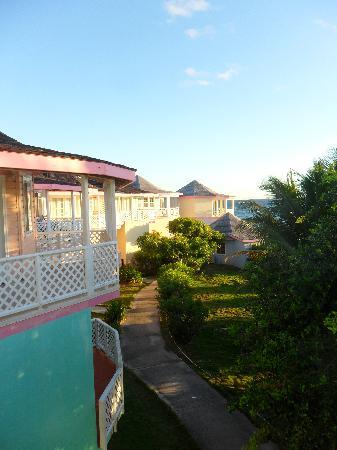 Arawak Beach Inn: vue sur les bungalows