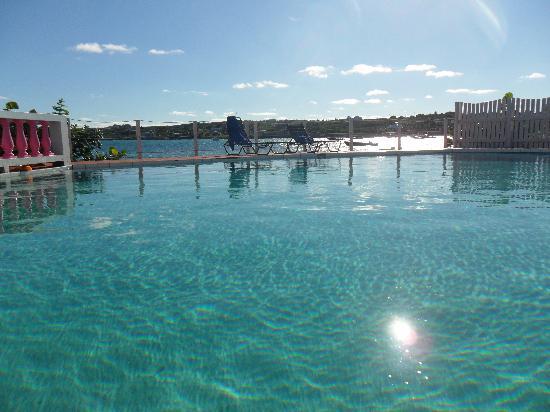Arawak Beach Inn: la piscine de l'hotel