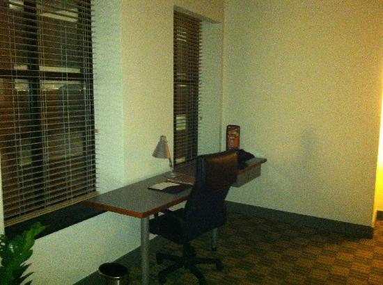 The Lofts Hotel: Desk