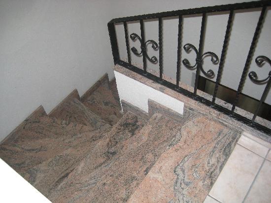 Hotel Eckschanke : im Zimmer eigener Treppenaufgang, Zimmertür unten an der Treppe