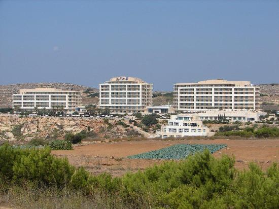 Radisson Blu Resort & Spa, Malta Golden Sands: Radisson from the road