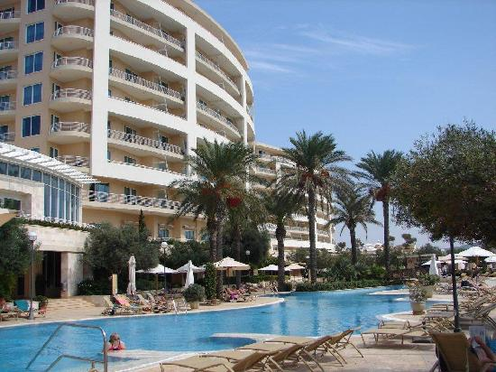 Radisson Blu Resort & Spa, Malta Golden Sands: Hotel & main pool