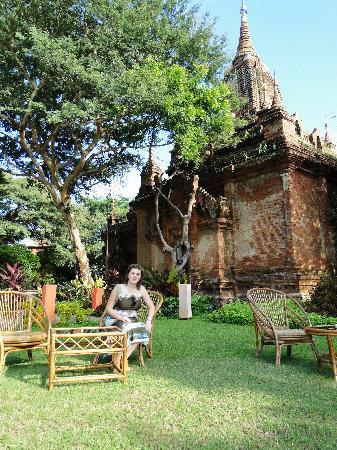 Bagan Hotel River View: лужайка для обедов