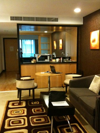 Savoy Suites Hotel Apartments: Living-room and kichenette