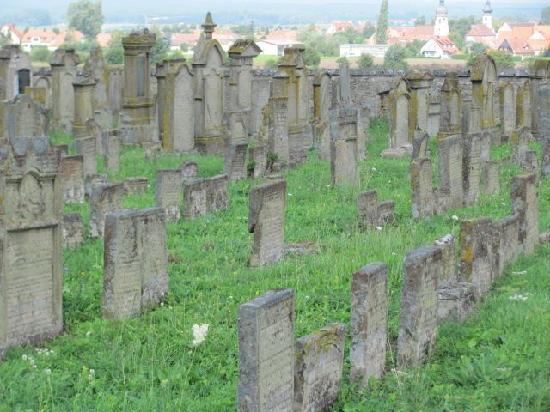 Judische Friedhof Rodelsee: all facing the same direction