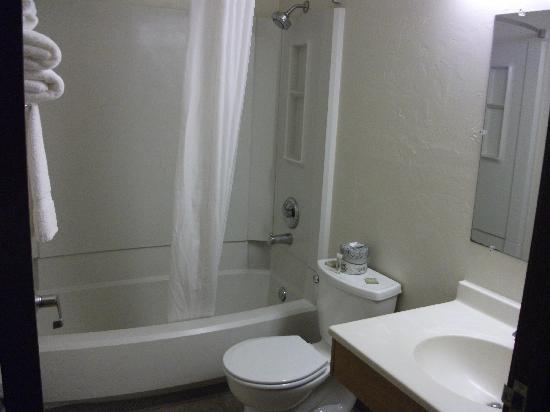 Super 8 Fairbanks: bathroom