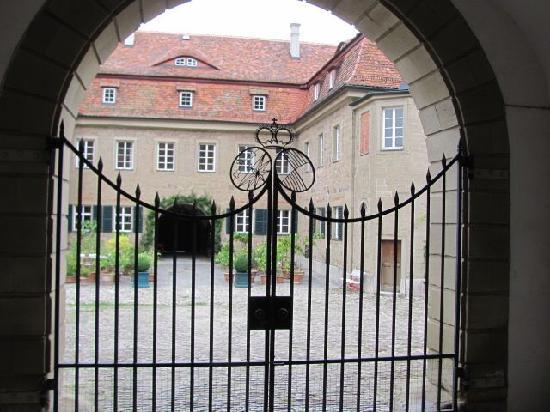 Castell Chateau: iron gate
