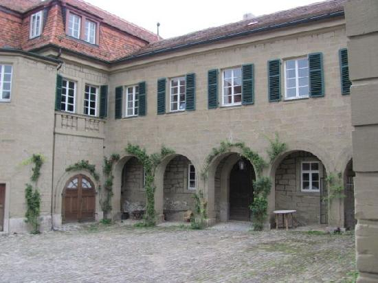 Castell Chateau: courtyard