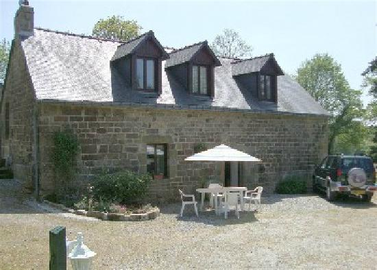 Langoelan, France: Kerhotten Chestnut cottage sleeps 8+ with 4 bedrooms