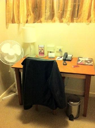 โรงแรมเมอร์คิวร์กรอสเวเนอร์: Desk in separate office/workspace area