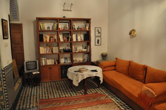 ‪رياض تايبا: Living room/library‬