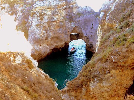 Ponta da Piedade: Una barca a través de uno de los túneles.