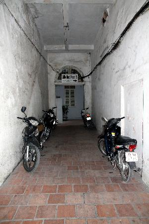 Little Hanoi 2: Down alley of bikes