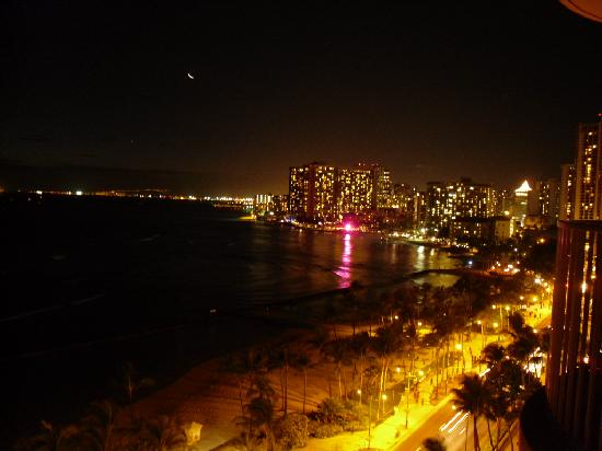 Aston Waikiki Beach Hotel: Beautiful night time view from our balcony