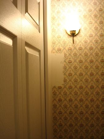 Clarion Inn Historic Strasburg Inn: Third wall of missing wallpaper in room