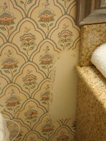 Clarion Inn Historic Strasburg Inn: Missing wallwaper next to the sink in bathroom