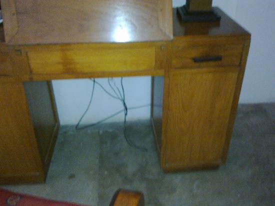 โรงแรมอจิตภาวัน: Shabby desk