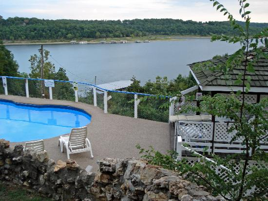Blue Lady Resort and Sunset Grill: Pool overlooking Lake Norfork