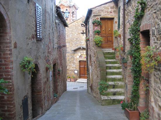 La Romita: Montisi streets
