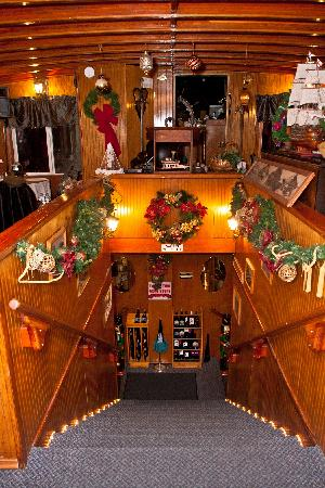 Willamette Queen Sternwheeler: Decorated for the holidays