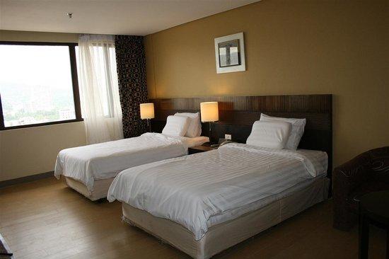 Summit Circle Cebu: The twin room on the 12th floor