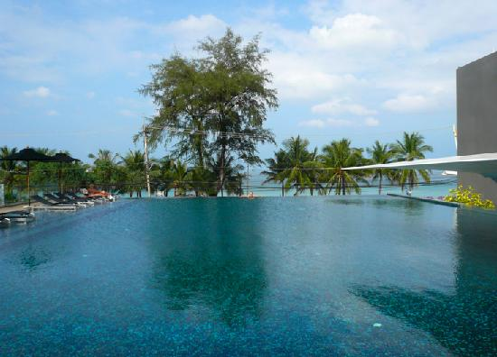 B-Lay Tong Phuket: Infinity pool