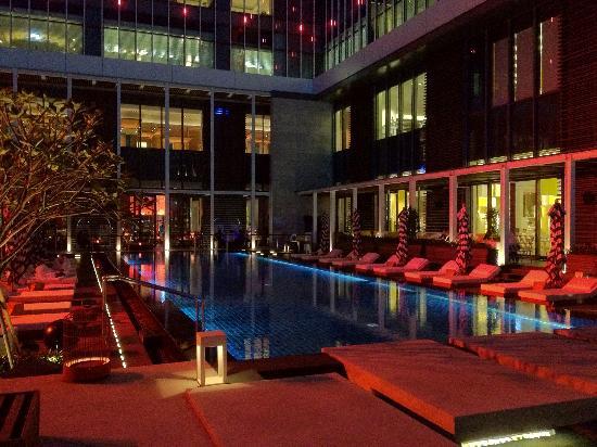 W Taipei: Pool am Abend