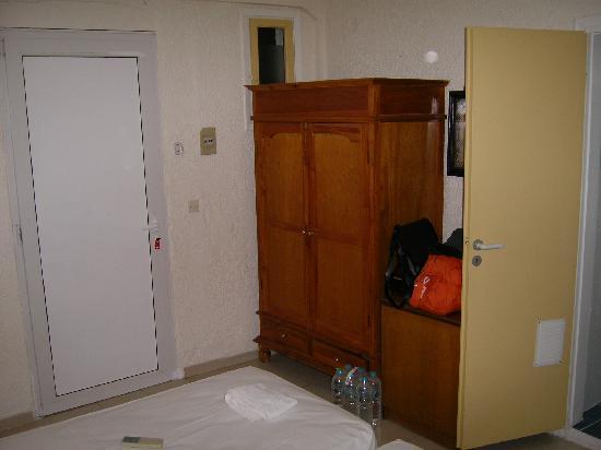 Hotel Sun Beach Lindos: La chambre. Notez la fenêtre derrière l'armoire: la lumière y pénètre de plein fouet le matin, e