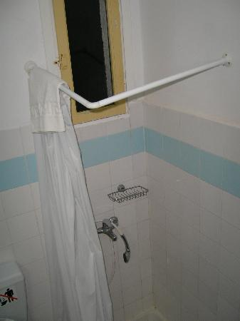 Hotel Sun Beach Lindos: La douche est minuscule. Le rideau se colle sur vous et la barre manque de tomber à chaque mouve