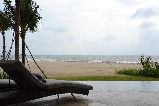 Mia Resort Nha Trang : Patio overlooking pool, grass and beach