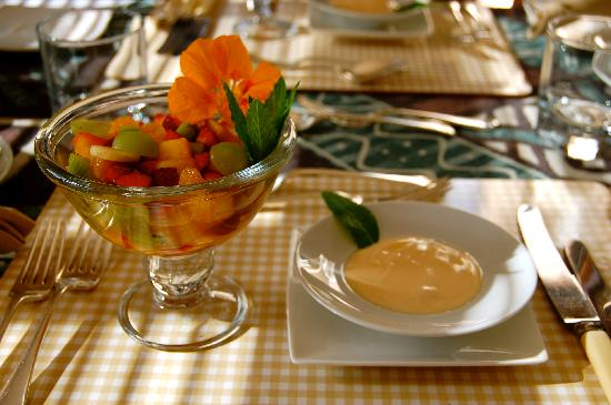The Colonial on Arundel: Frischer Obstsalat zum Frühstück