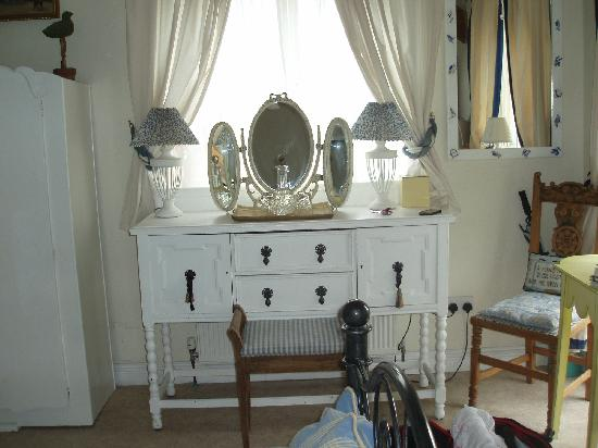 Kinfield B&B: Make up area.