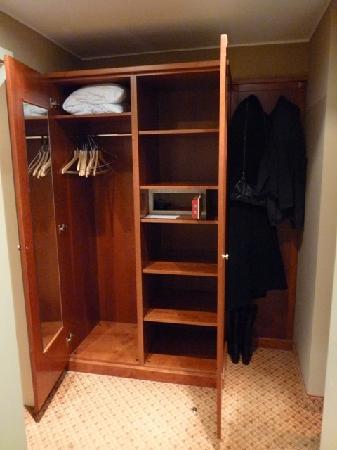 โรงแรมแรฟเฟลโล่: Room 503 Foyer Wardrobe Digital Safe