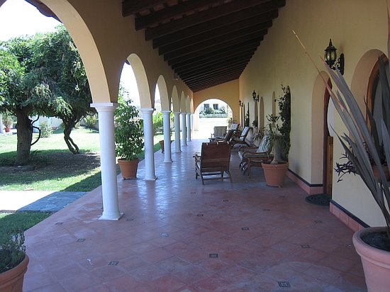 Estancia Tierra Santa: arches in front of the apartments