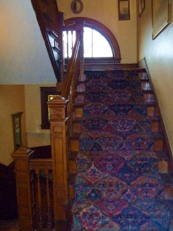 Union Gables Mansion Inn: Stairs - 2nd to 3rd floor