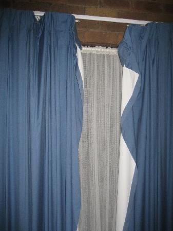 Fountain Court Motor Inn: curtains