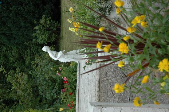Aisling Bed and Breakfast: Staute en route to garden