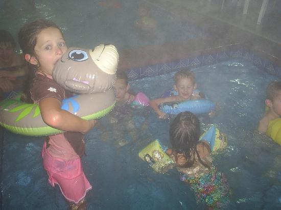 Days Inn Lehi: Grandkids in Pool