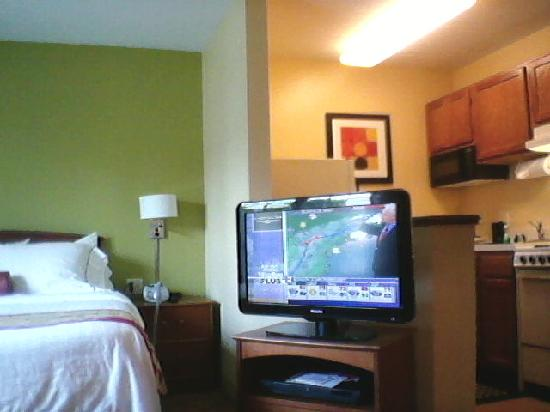 Portland Hotel and Suites: Large Flat Screen TV