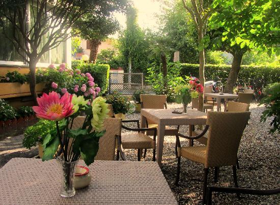 Hotel Miramonti: giardino relax