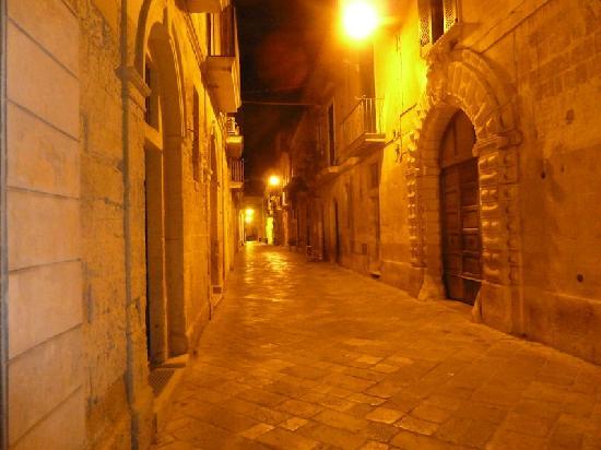 Bed Lecce: Via Prioli at night