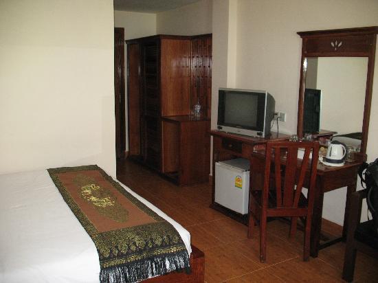 โรงแรมอังกอร์ เพิร์ล: Television, tea kettle and refrigerator
